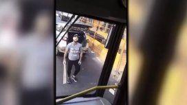 Un conductor sacó un palo y atacó a un colectivero