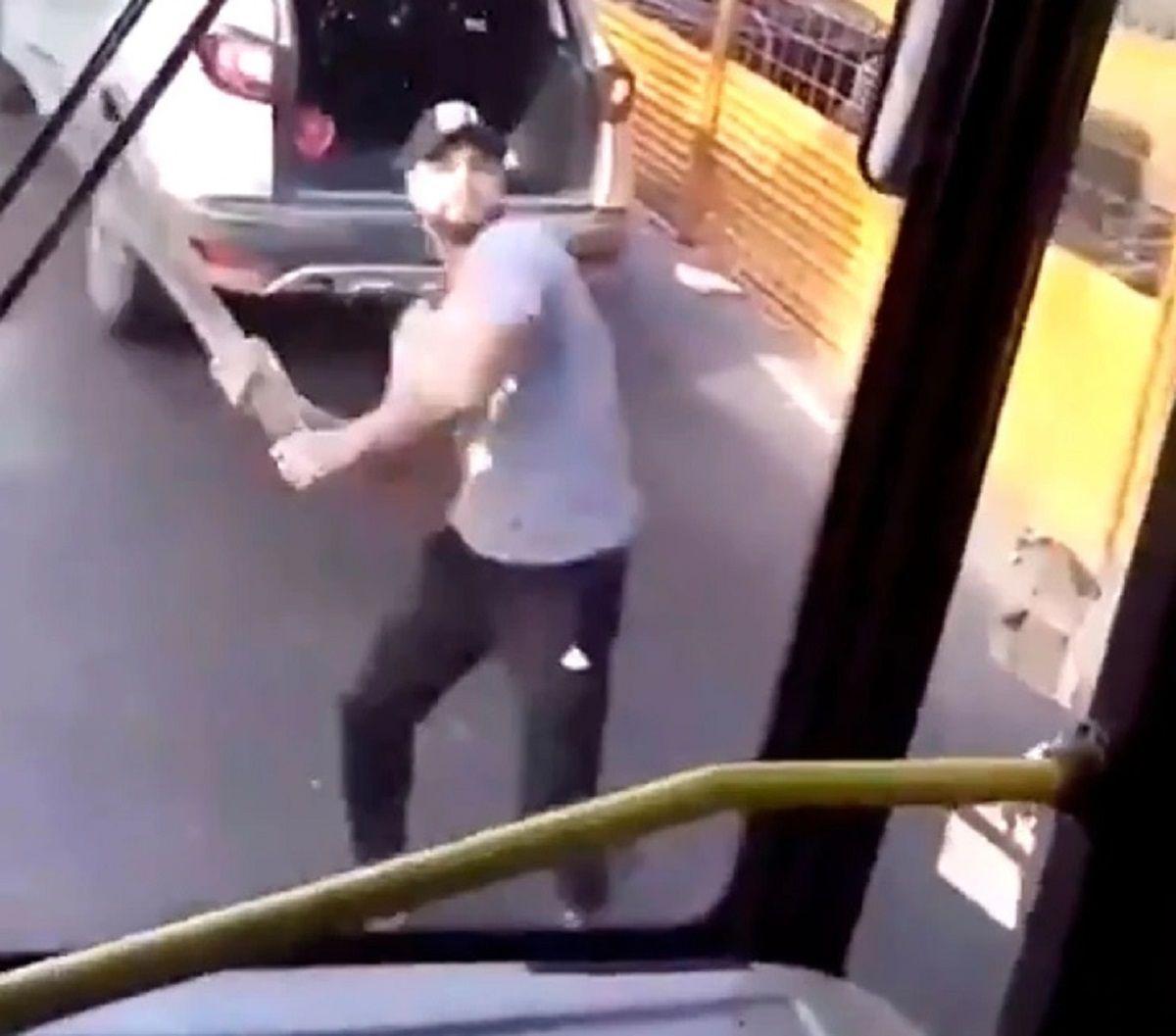 Buscan al conductor que atacó a palazos al colectivo en Once