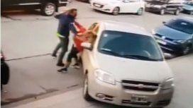 Ataque brutal en Mar del Plata: golpeó a su ex con su hija de 3 años en brazos en plena calle