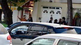 Le taparon el garage y salió a amenazar al dueño del auto con un palo y un cuchillo