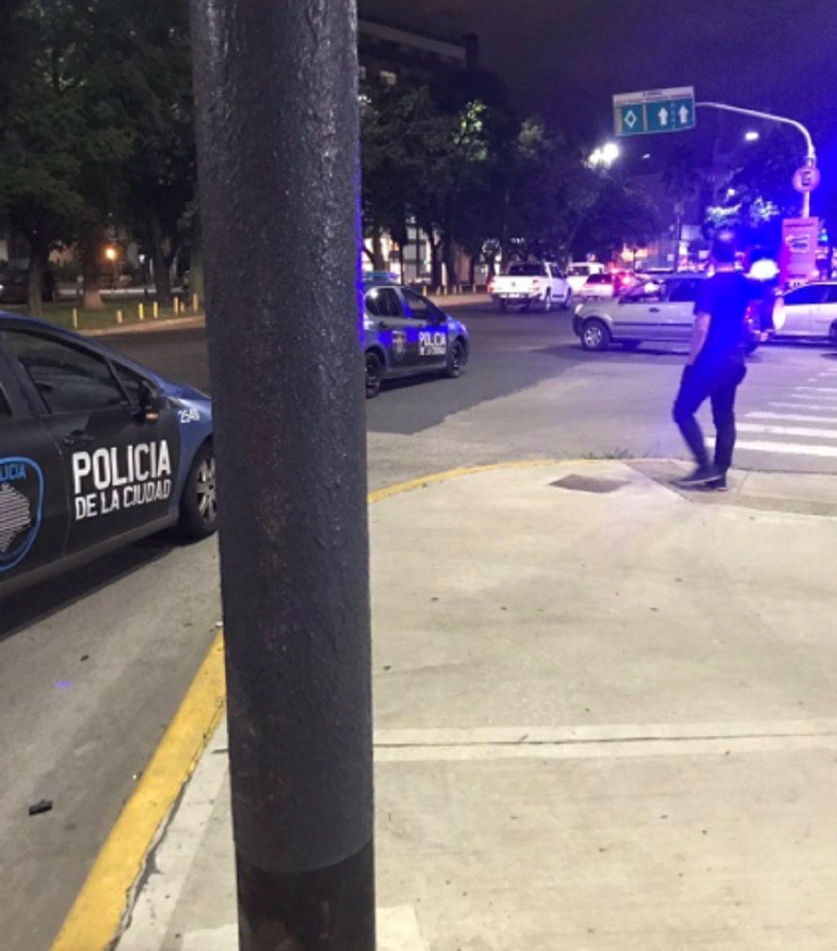 Corridas, piedrazos y destrozos: hinchas de Boca y de Vélez se enfrentaron en Liniers