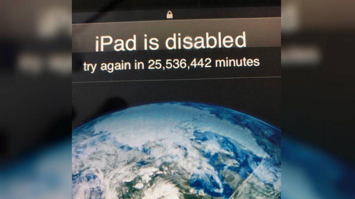 Un nene bloqueó el iPad de su papá por ¡48 años!
