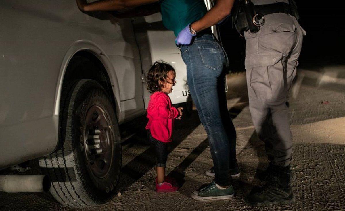 Niña llorando en la frontera
