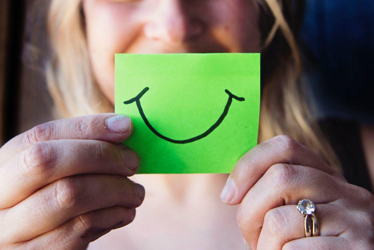 Fingir la sonrisa en el trabajo provoca un mayor consumo de alcohol