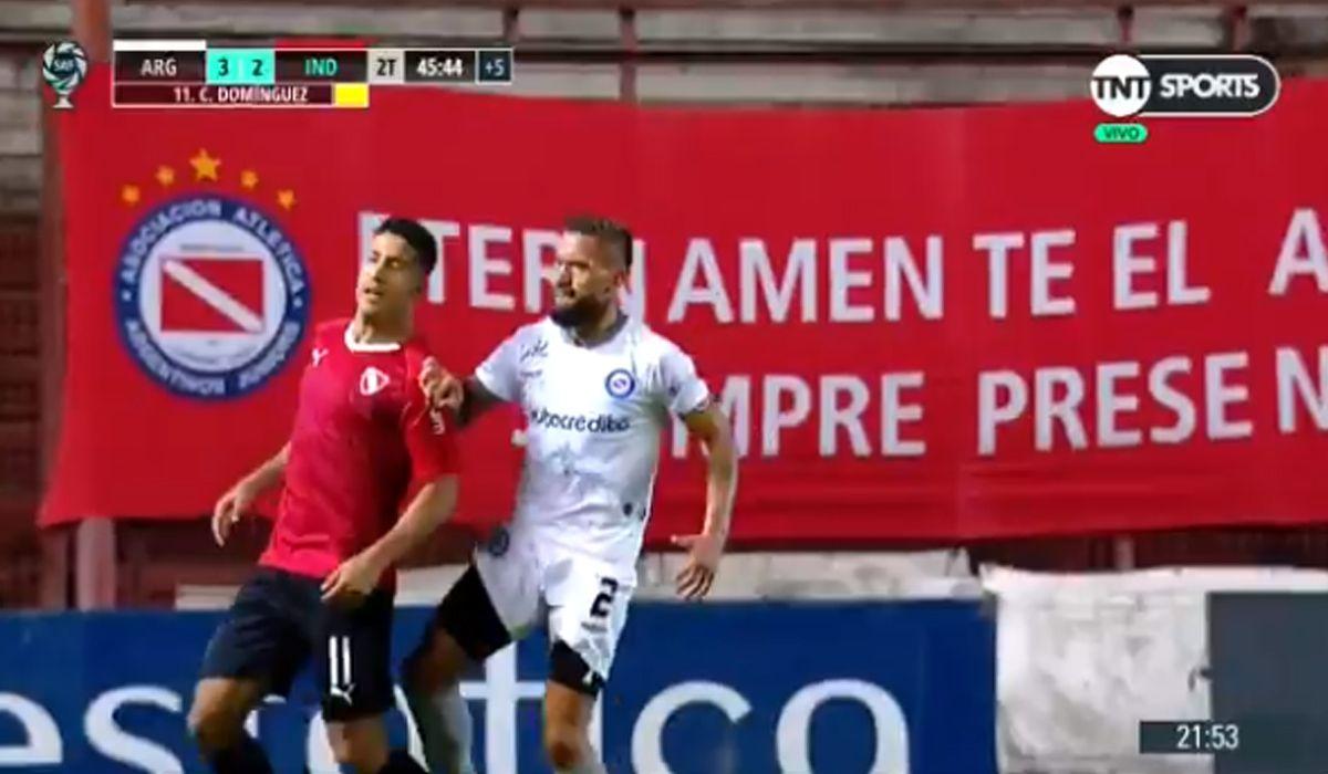 El brutal rodillazo de Miguel Torrén a Cecilio Domínguez en Argentinos - Independiente