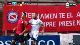 De espaldas y sin pelota: brutal rodillazo de un jugador de Argentinos a uno de Independiente