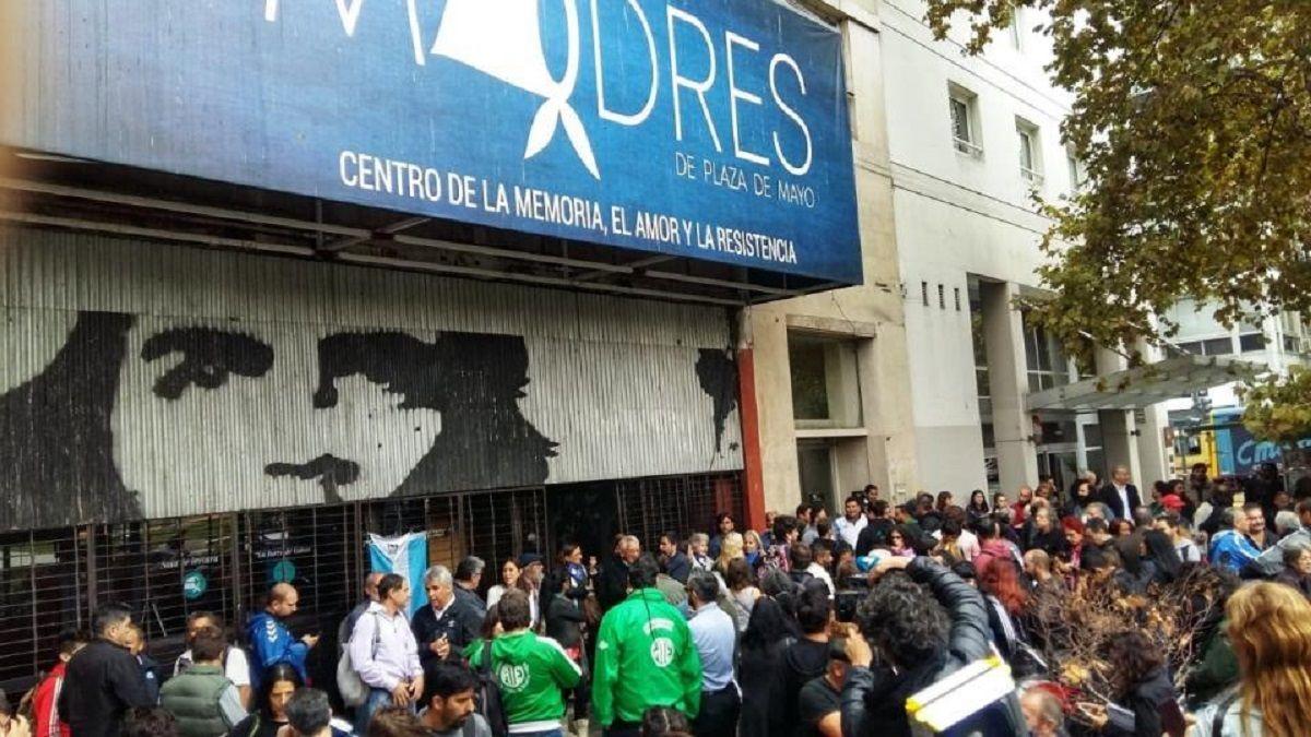 Tensión en la sede de las Madres de Plaza de Mayo por un operativo judicial