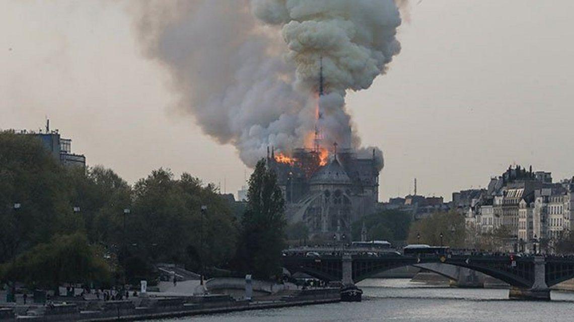 Macron expresó su consternación por el incendio en la catedral de Notre Dame