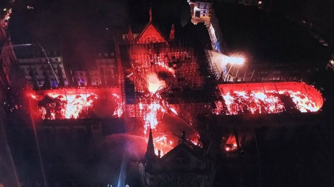VIDEO: Así fue la caída de la aguja y el techo de la torre principal de la Catedral de Notre Dame