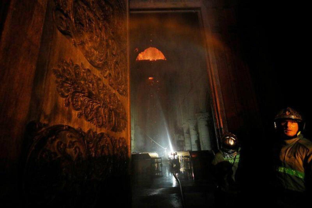 Crédito: @aschapire | Al fondo de la nave pueden verse las llamas vivas