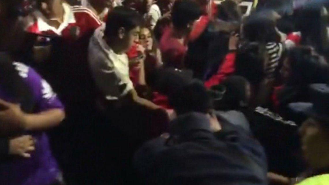 Susto en la llegada de River a Salta: cedió una valla y cientos de hinchas quedaron atrapados