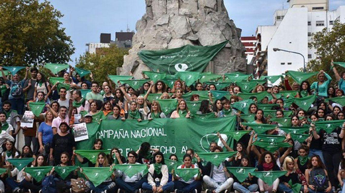 La echaron de un boliche en Mar del Plata porque tenía el pañuelo verde atado a la riñonera