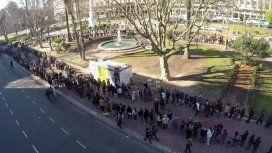 Largas filas para conseguir manzanas y naranjas gratis en el frutazo de Plaza de Mayo