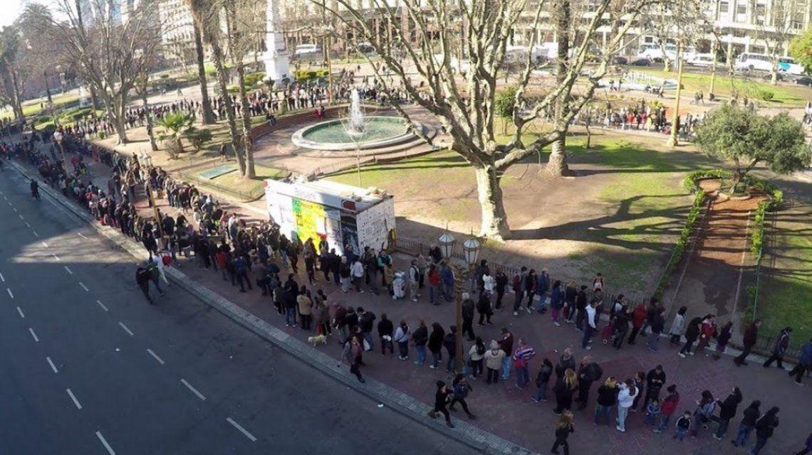 Frutazo en Plaza de Mayo: hubo largas filas para conseguir manzanas y naranjas gratis