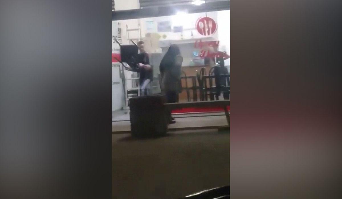Apuñaló a su ex novio por la espalda dentro de un local y fue grabada con un celular