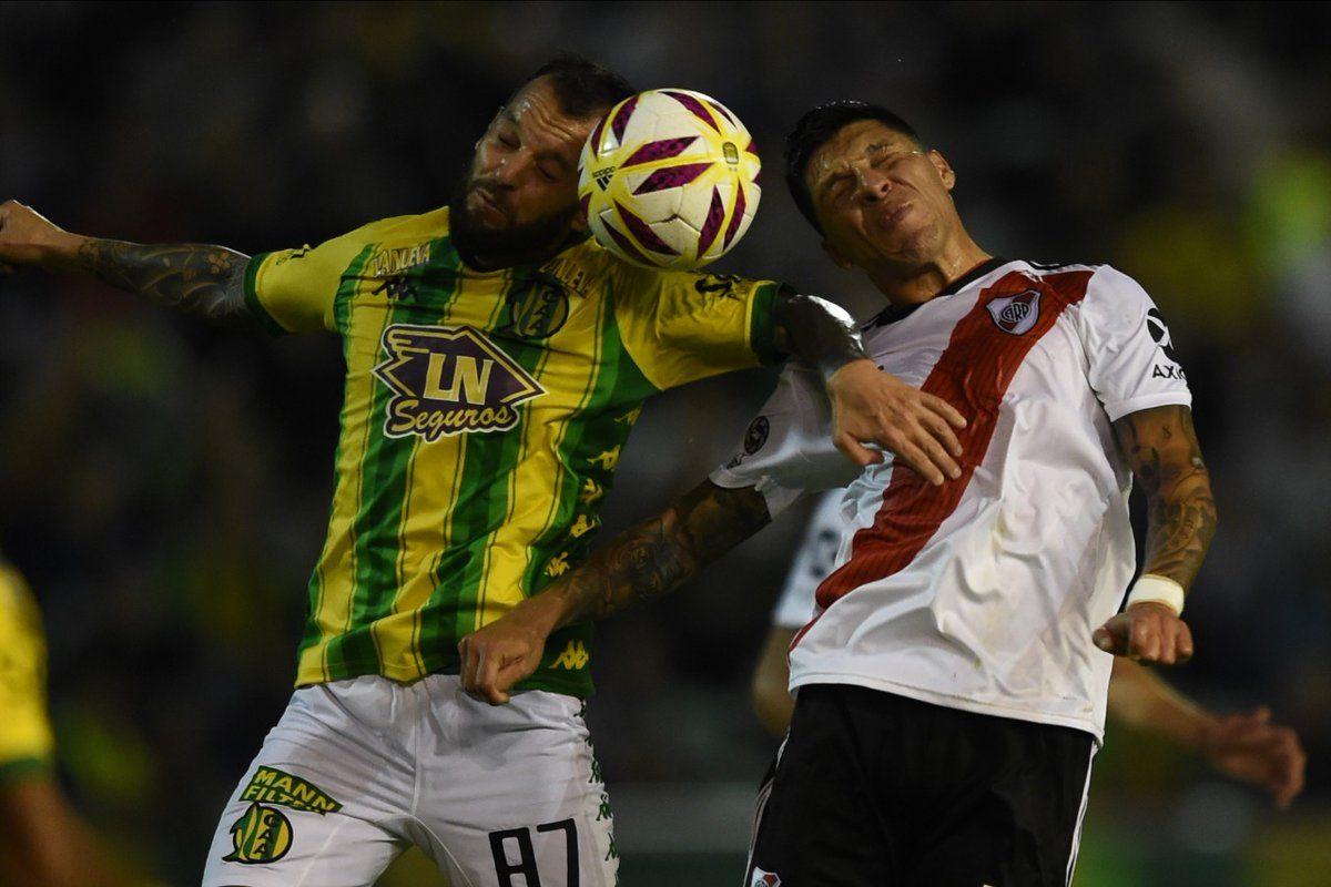 Ezequiel Videla y Enzo Pérez se disputan la pelota
