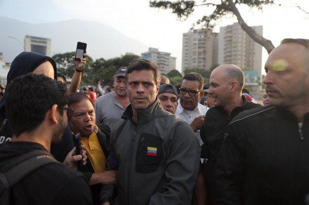 Leopoldo López, tras ser liberado de su prisión domiciliaria en Caracas