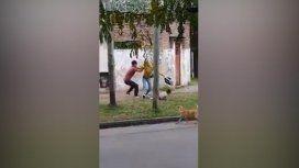 Una mujer con su hija en brazos fue atacada a golpes por su ex