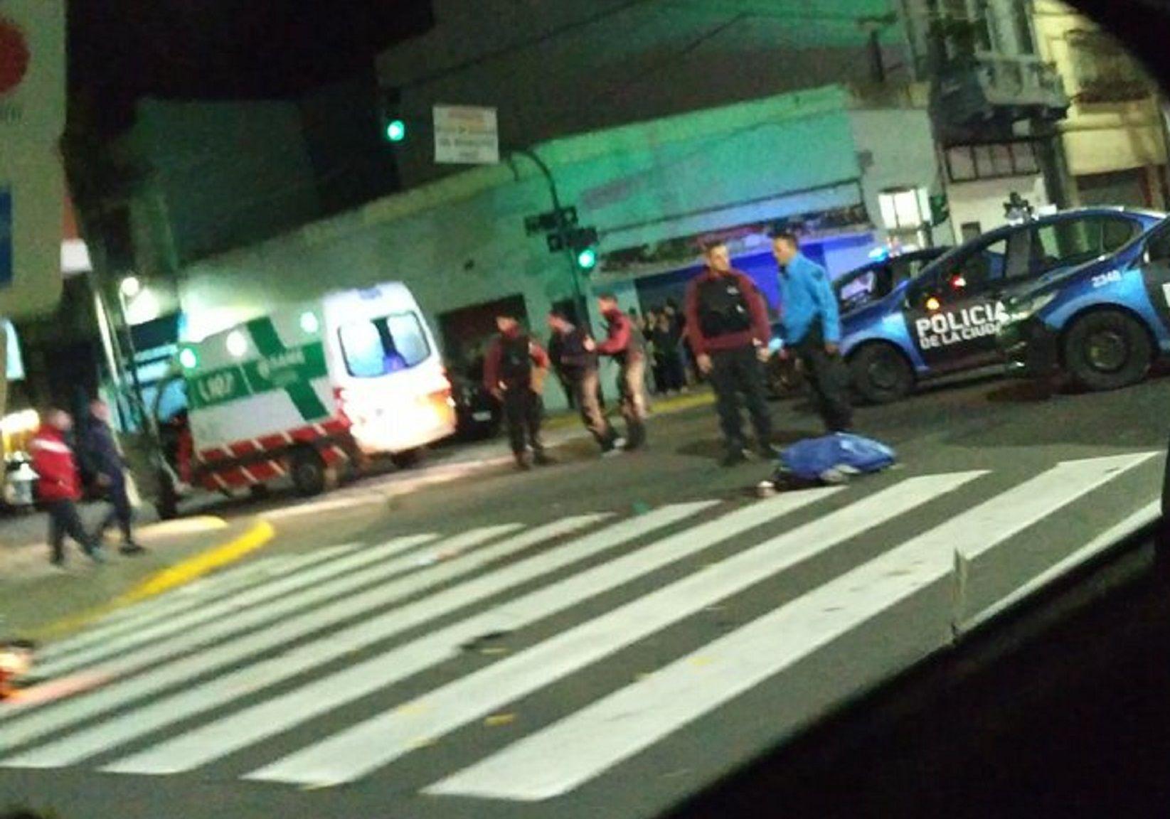 Un conductor atropelló y mató a un motociclista y huyó. Foto: @Taxivista