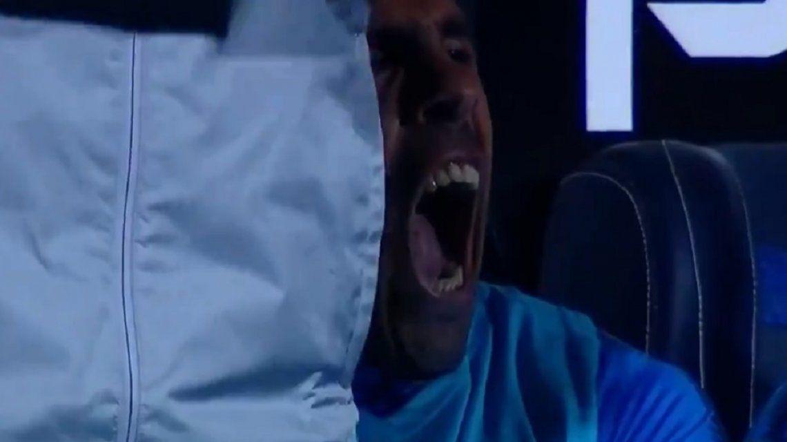 ¿Se aburrió o durmió mal? El bostezo de Tevez en el banco de Boca durante la Supercopa Argentina