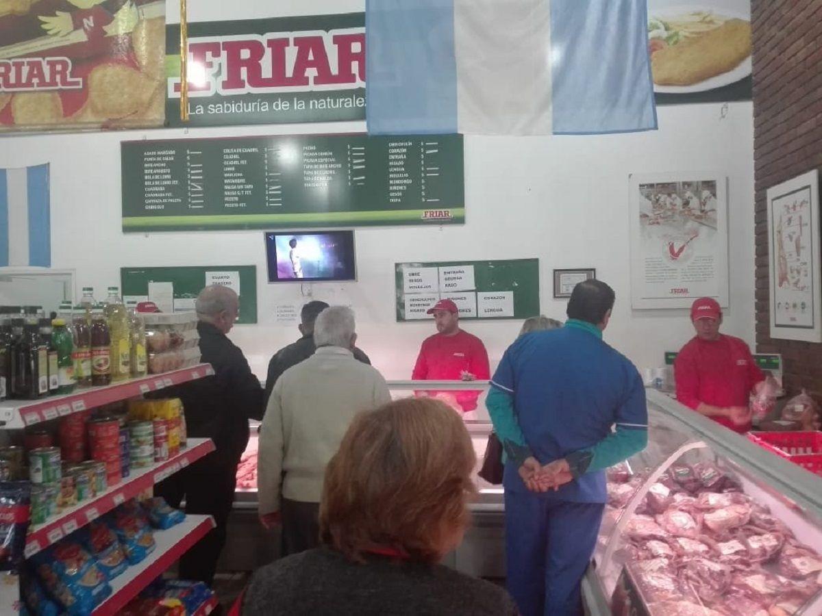 Hicieron cola desde las 6 de la mañana para comprar carne a $149 y en una hora se agotó