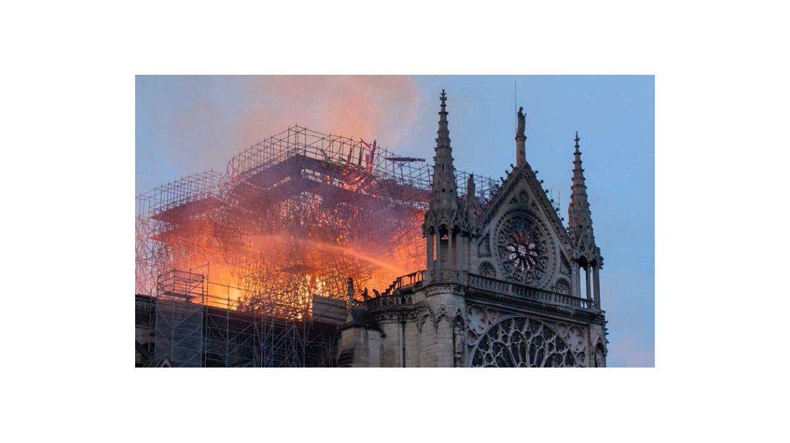 Notre Dame estuvo a 15 minutos de derrumbarse en el histórico incendio