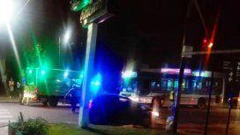 Un motociclista de delivery fue embestido por un colectivo al intentar huir de dos ladrones