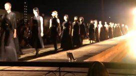Con estilo: un gato se metió en una pasarela, desfiló y orinó a una espectadora
