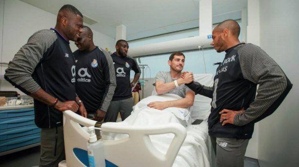 <p>Iker Casillas saluda a los compañeros que lo visitaron en el hospital</p>