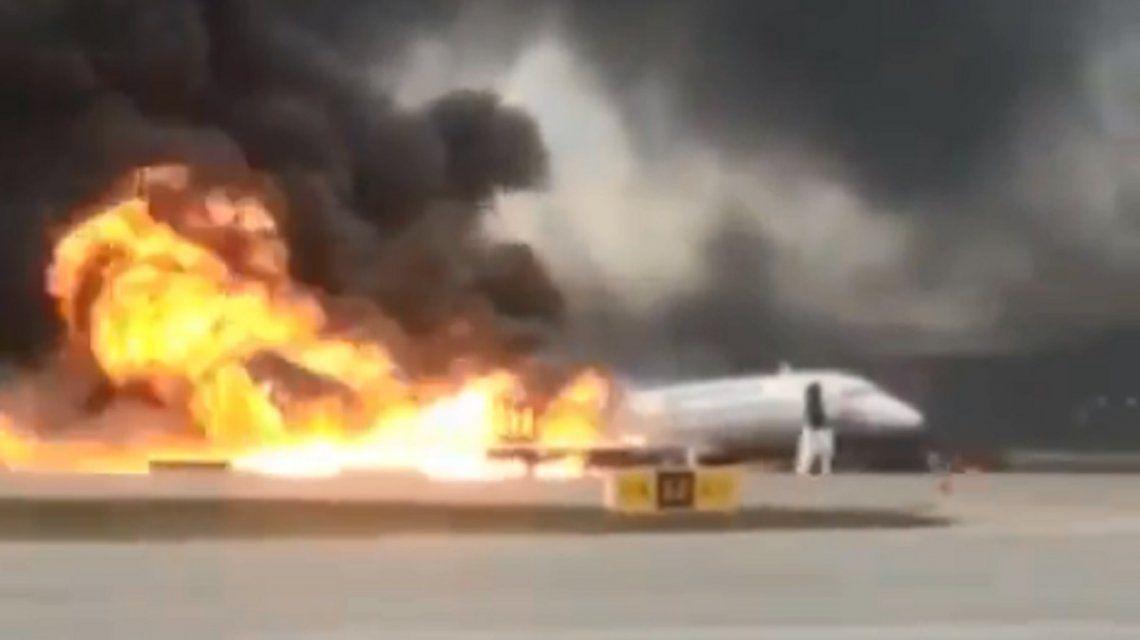 Se incendió un avión ruso en pleno vuelo y hay al menos 41 muertos