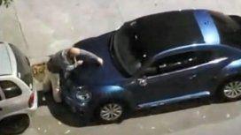 Encontró que un auto bloqueaba su estacionamiento y lo pateó y rayó