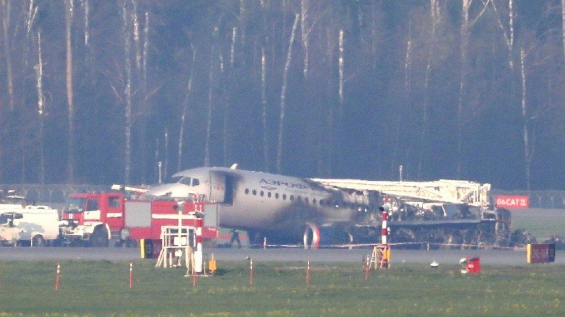 El piloto reveló la causa del incendio del avión que se accidentó en Moscú