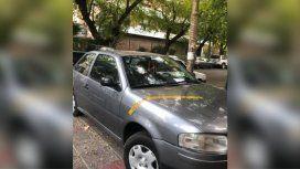 Mendoza: escracharon a un auto estacionado en la entrada a una casa