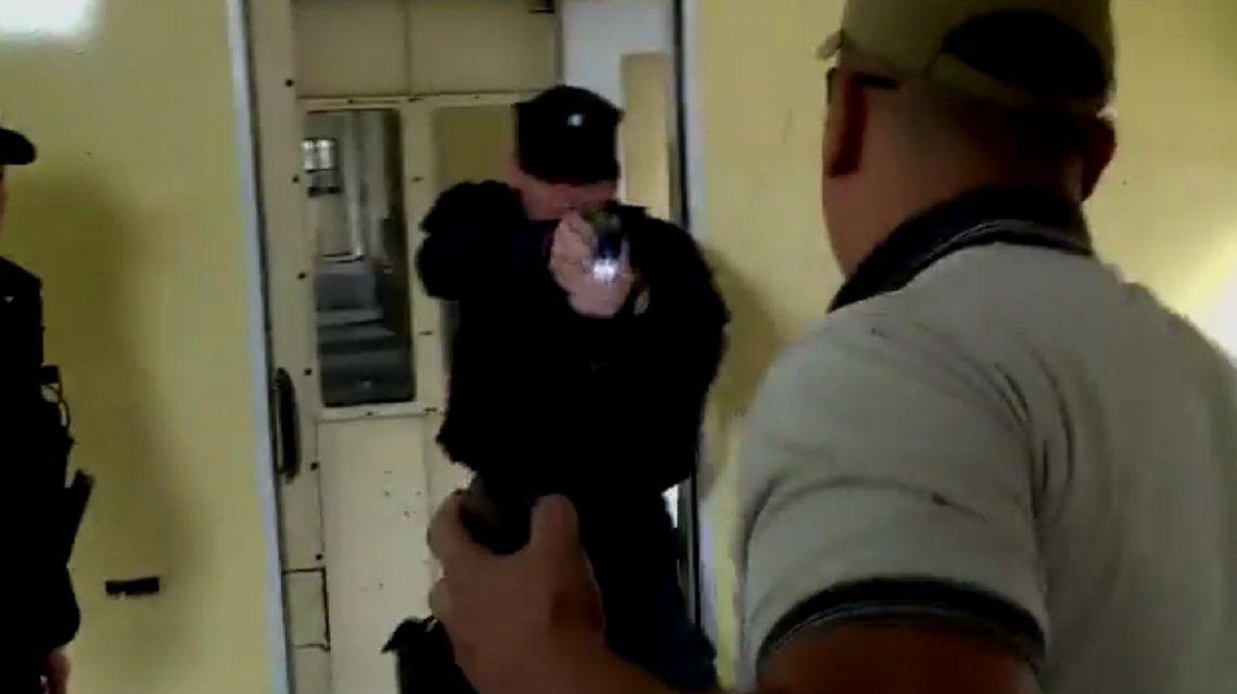 El Gobierno difundió un video con una prueba de uso de las pistolas Taser