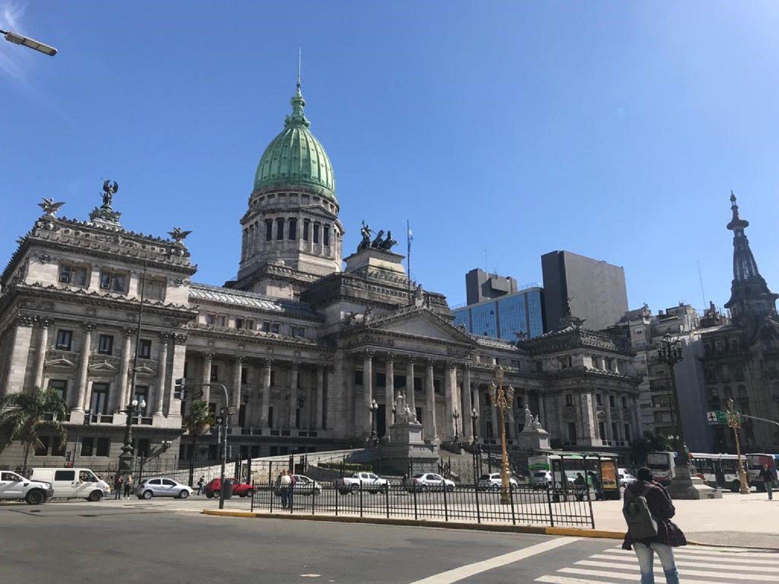 Cristina y Massa firmaron una resolución para frenar el ingreso indiscriminado de personal en el Congreso