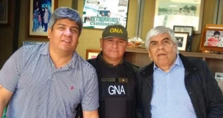 El comandante Saldaño junto a Hugo y Pablo Moyano