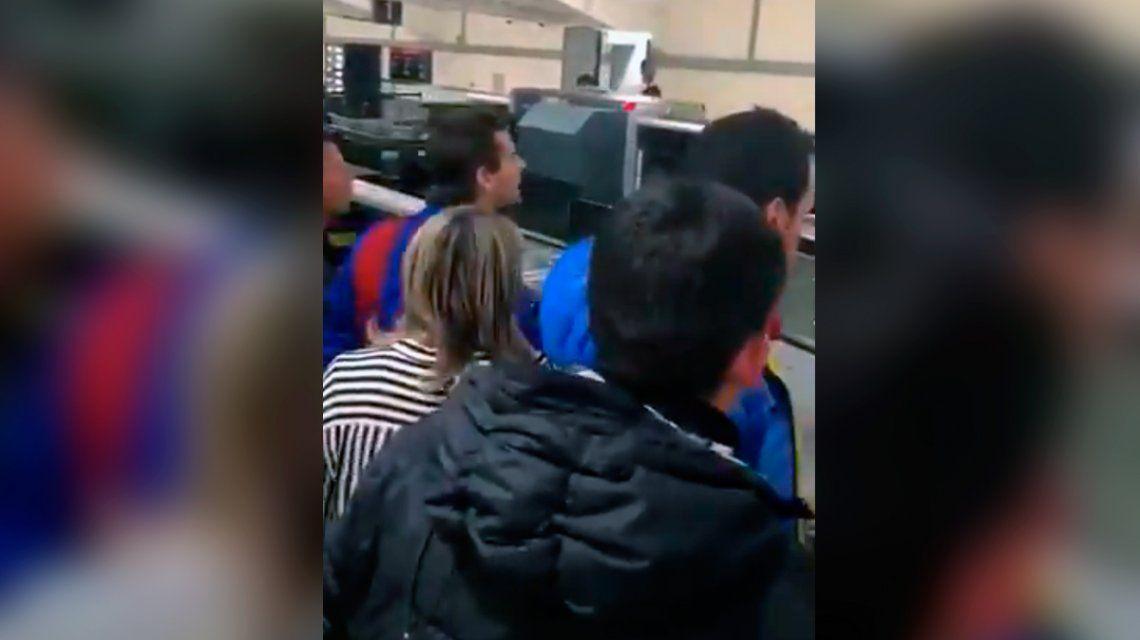 VIDEO: El reclamo de los hinchas del Barcelona a Messi en el aeropuerto de Liverpool