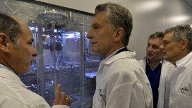 Mauricio Macri en un laboratorio