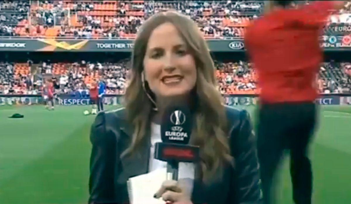 Una periodista sufrió un brutal pelotazo al aire antes de la semifinal de la Europa League
