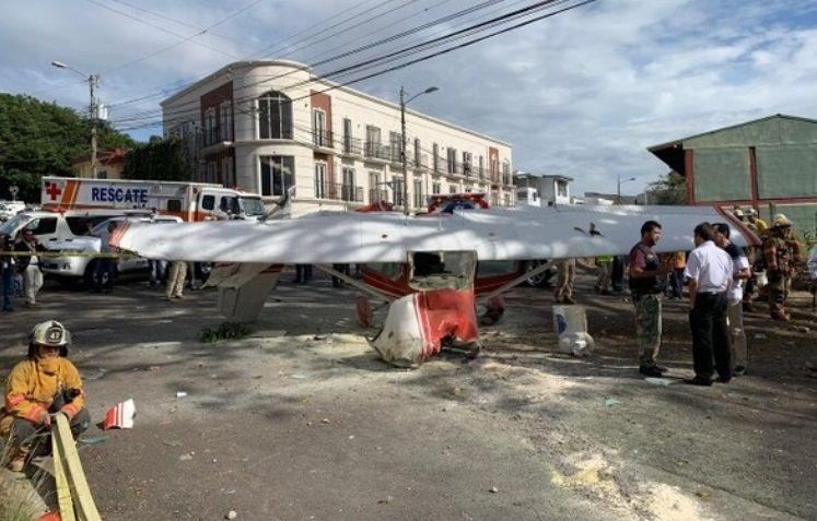 Una avioneta con dos argentinos a bordo cayó en plena calle en Costa Rica