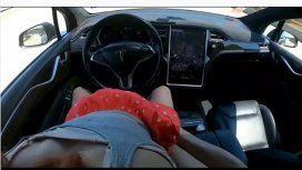 Se filmó teniendo sexo en un Tesla con piloto automático e hizo estallar Pornhub