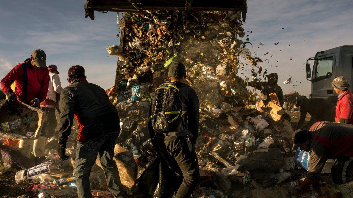 Familias revolviendo basura y críticas a la miseria económica del gobierno de Macri en The New York Times