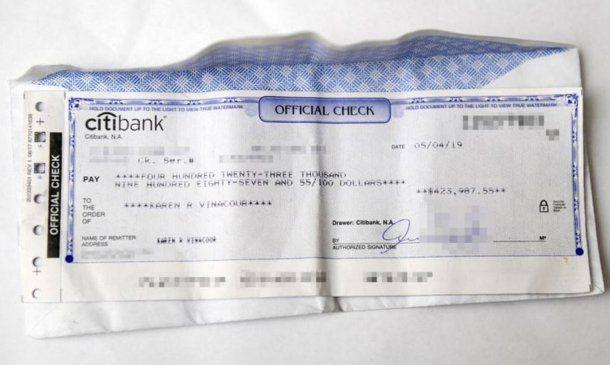 El cheque con los casi 424 mil dólares. Foto: Daily News