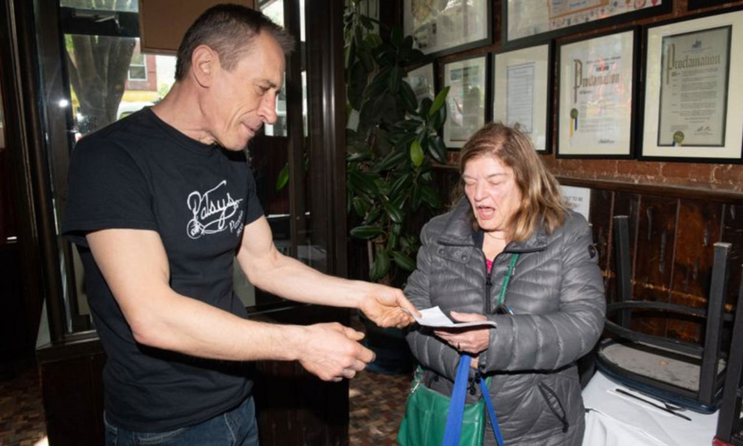 Le devolvió un cheque de casi 424 mil dólares a una jubilada. Foto: Daily News