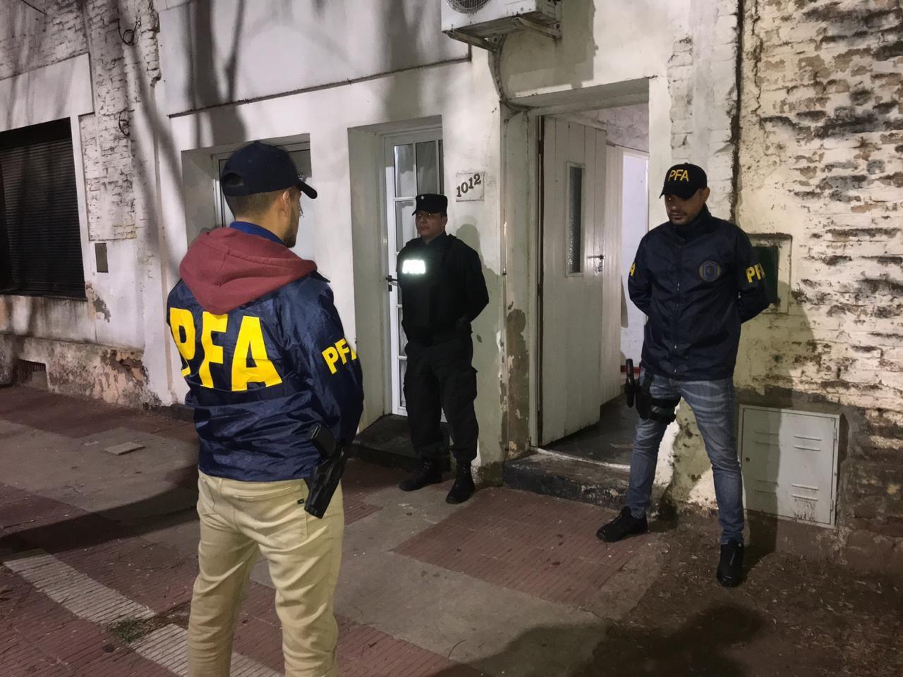 Efectivos policiales allanaron la vivienda del hombre que intentó ingresar armado a la Casa Rosada
