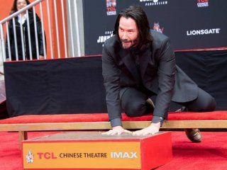 keanu reeves dejo sus huellas de cemento en el teatro chino de hollywood