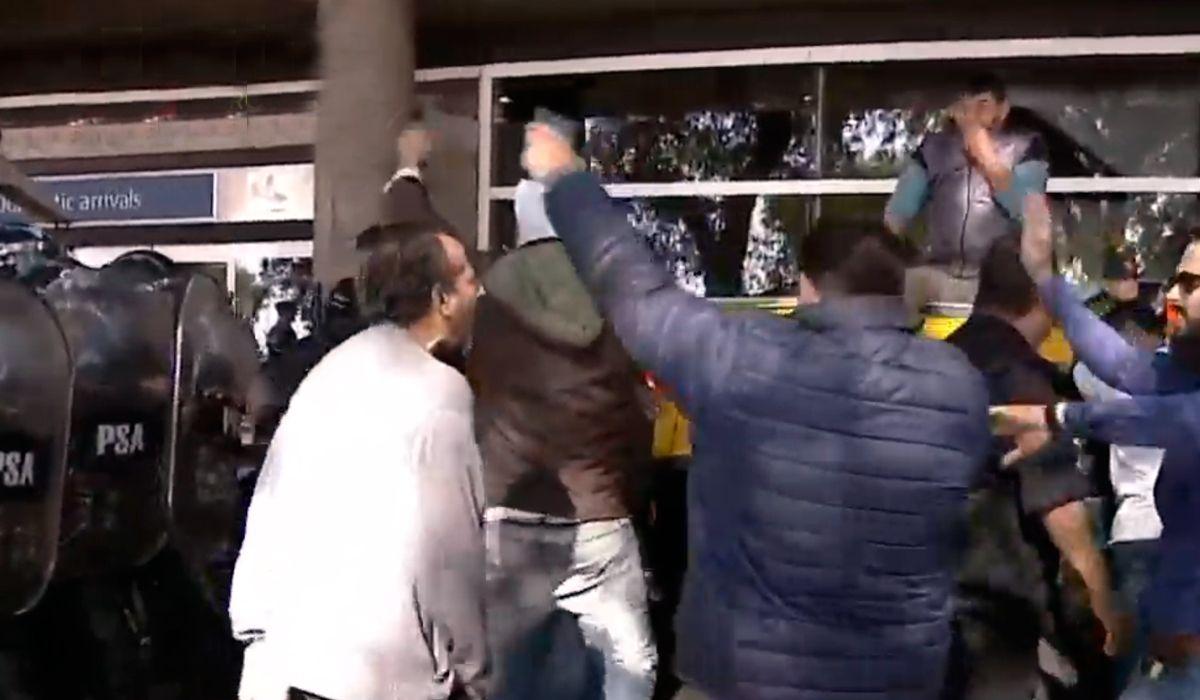 Tensión en Aeroparque: buscan desalojar a los taxistas