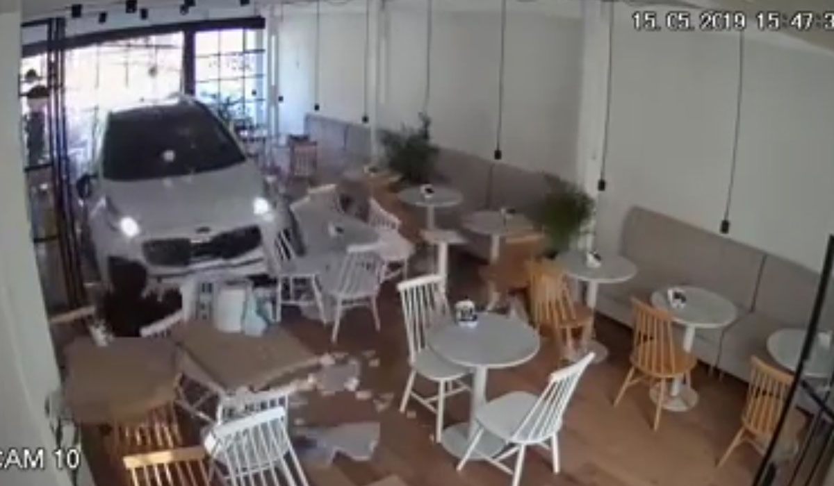 Un auto se incrustó en un café y lo barrió: las cámaras grabaron todo
