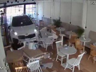 un auto se incrusto en un cafe y lo barrio: las camaras grabaron todo