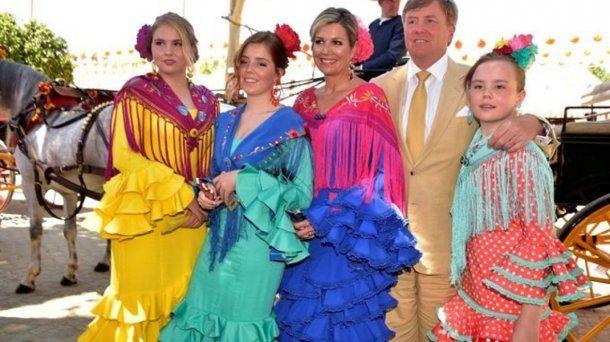 Máxima, Guillermo, Amalia, Alexia y Ariane, vestidas con trajes típicos flamencos